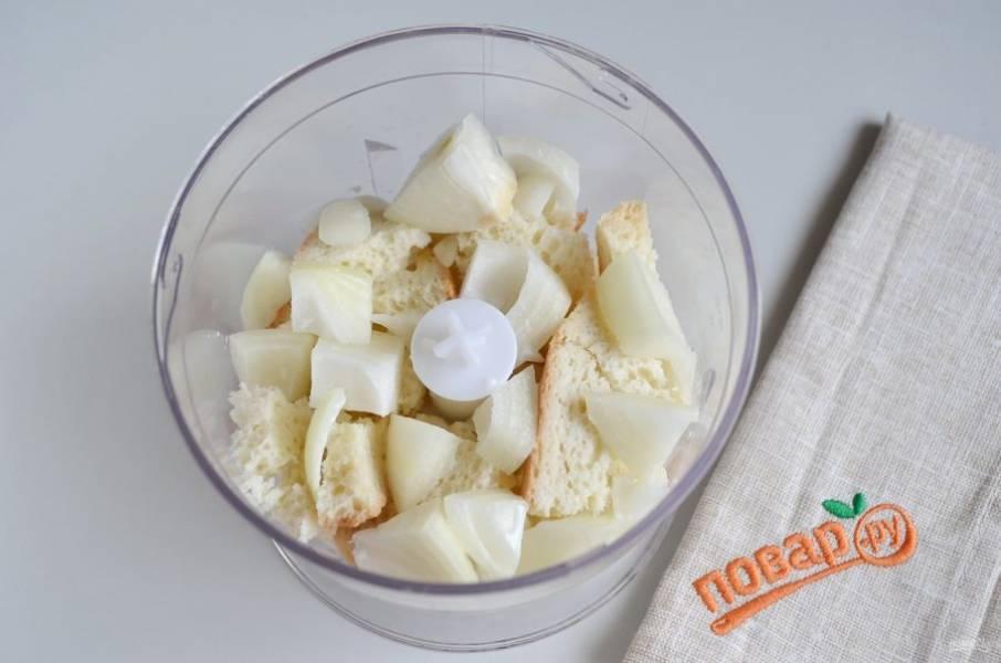 2. В измельчитель положите белый хлеб, луковицу, влейте молоко.