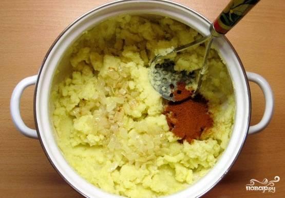 Картофель измельчаем и перекладываем к нему обжаренный лук, добавляем соль и специи и тщательно перемешиваем.