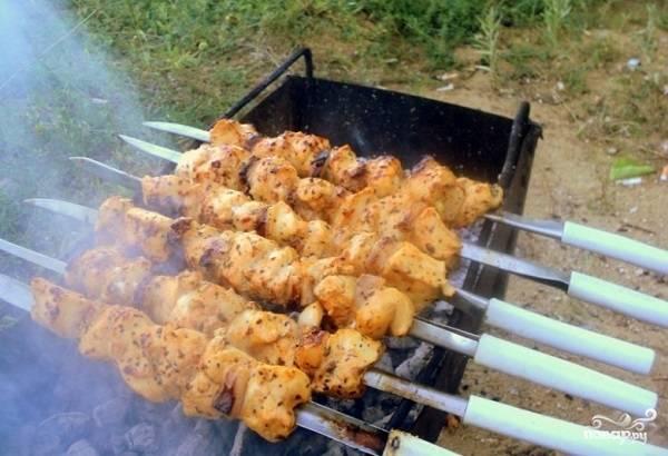 Когда угли прогорели, аккуратно нанизывайте кусочки филе, чередуя с салом. Они должны плотно друг к другу прилегать, чтобы оставаться сочными. Жарьте до румяности, постоянно переворачивая.  Вкусного вам пикника!