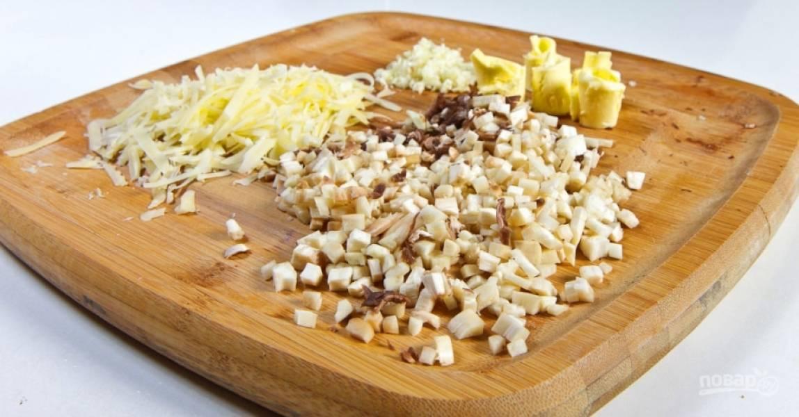 2.Плодоножки измельчаю мелко, чеснок чищу и мелко нарезаю, твердый сыр натираю на крупной терке, масло достаю из холодильника. Смешиваю грибы, чеснок, сыр и размягченное масло, добавляю сливки.