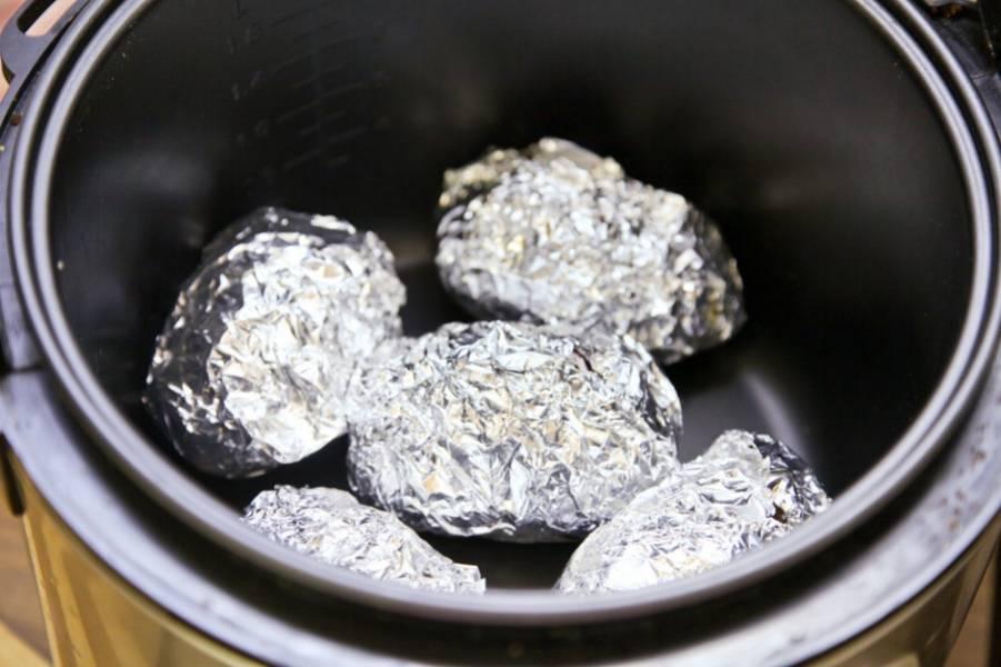 Переложите картофель в мультиварку, готовьте в режиме выпечка 50 минут. За 15 минут до готовности раскройте фольгу, чтобы картошка пропеклась сверху.