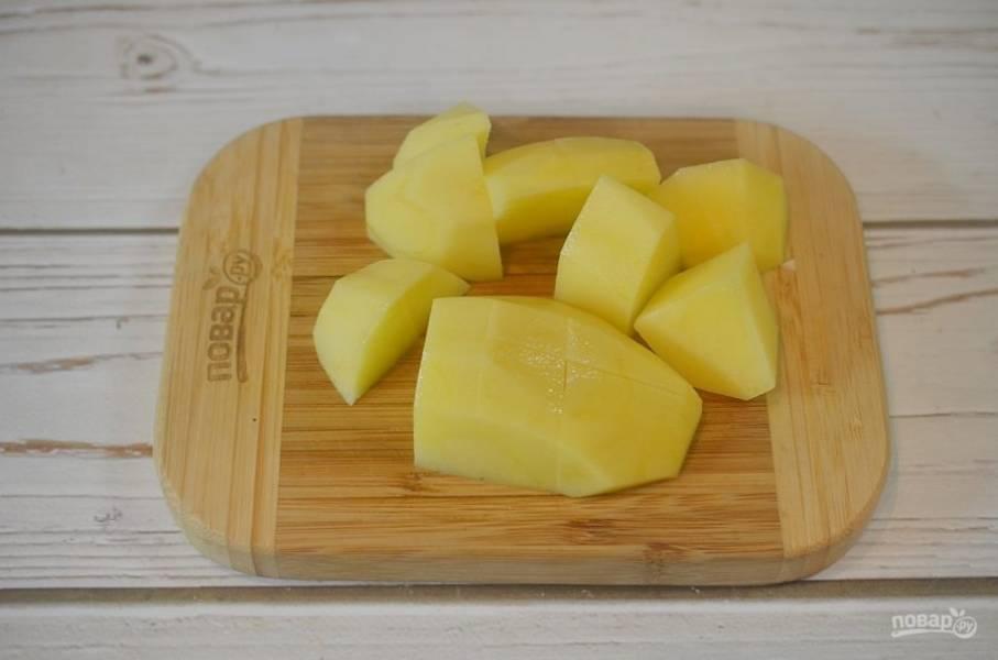 6. Картофель нарежьте достаточно крупно.