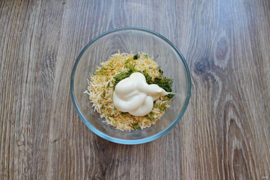 Добавьте в миску с сыром и укропом майонез.