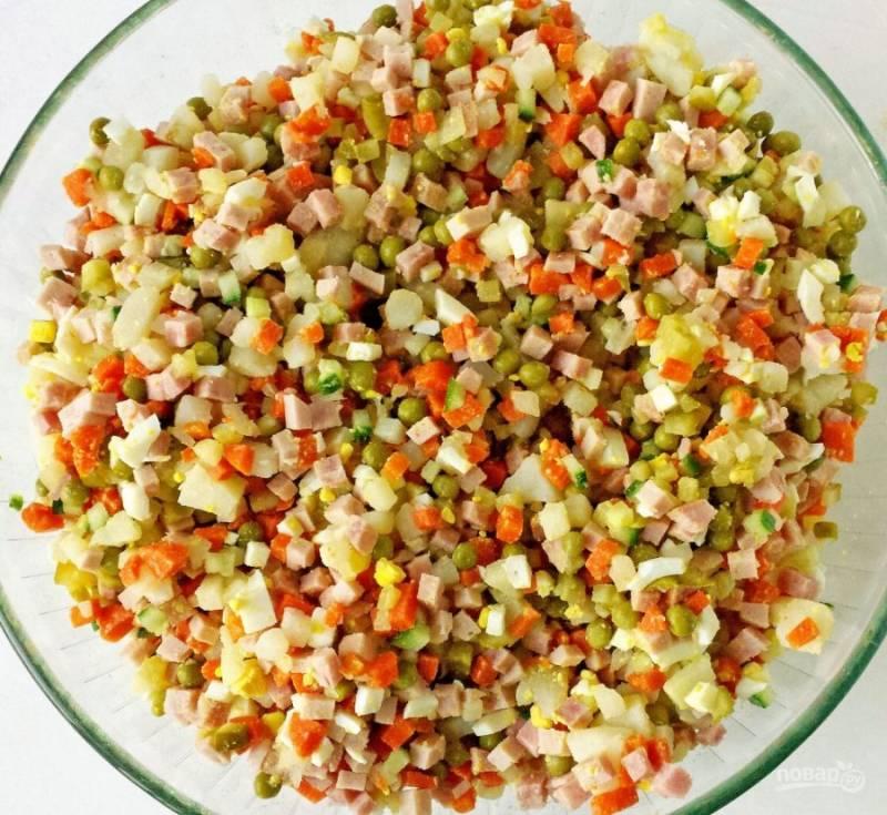 4.Все ингредиенты помещаю в миску, по вкусу солю и перемешиваю.