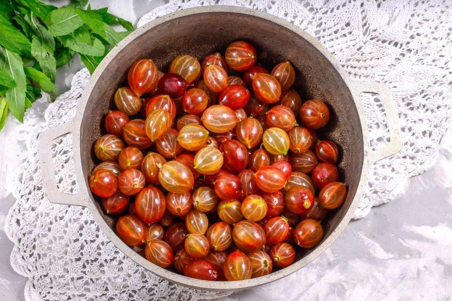 Высыпьте промытые ягоды в казан или в ковш с антипригарным дном.