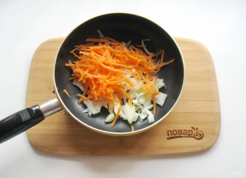 Лук и морковь очистите, помойте. Выложите в сковороду с рафинированным подсолнечным маслом.