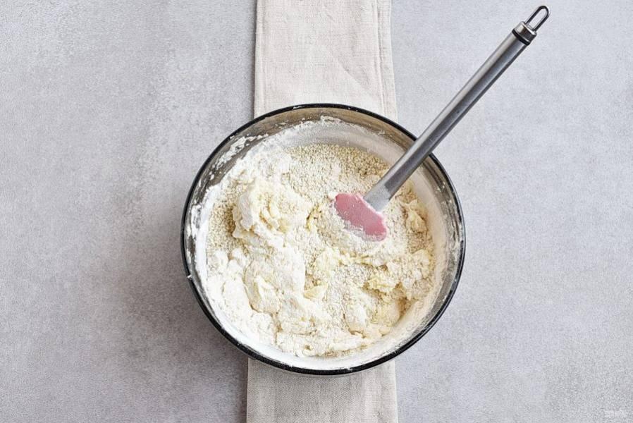 Добавьте кунжут, и быстро лопаткой вымешайте легкое тесто.