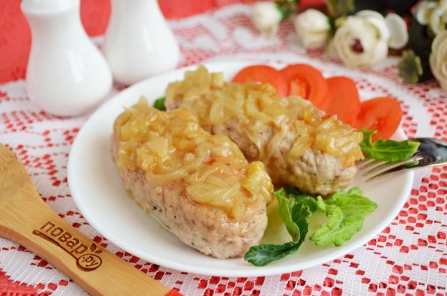 7. Подавайте колбаски с жареным луком и овощами или овощными салатиками. Приятного!