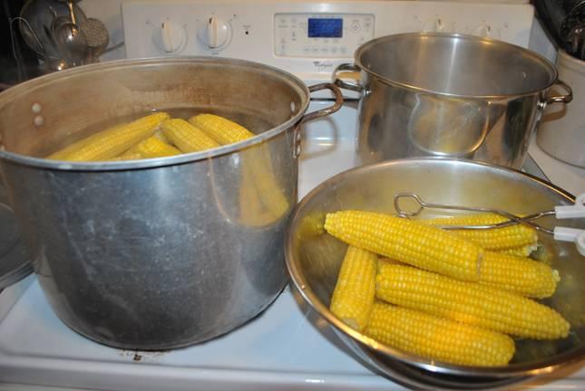 3. Початки сладкой кукурузы надо отварить в неподсоленной воде в течение 5 минут.