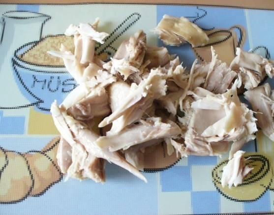 Отправляем овощи в бульон, всё варим до готовности. Потом куриное отварное мясо нарезаем кусочками.