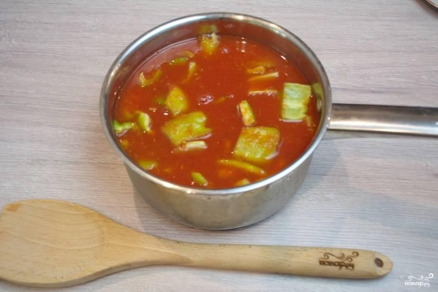 Подготовленные овощи залейте томатным соком. Добавьте соль, перец, сахар, орегано, кориандр по вкусу. Варите 30 минут, помешивая.