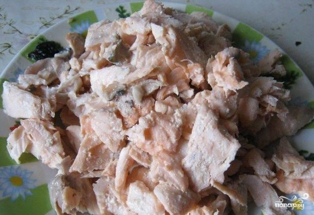 Рыбу отделите от кости. Добавьте её в уже готовый суп.