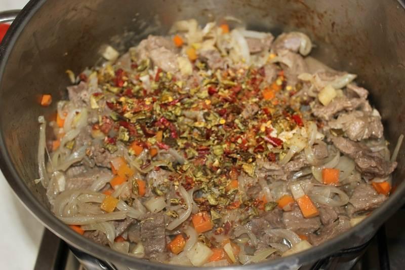 Далее добавляем сушеный перец кусочками.