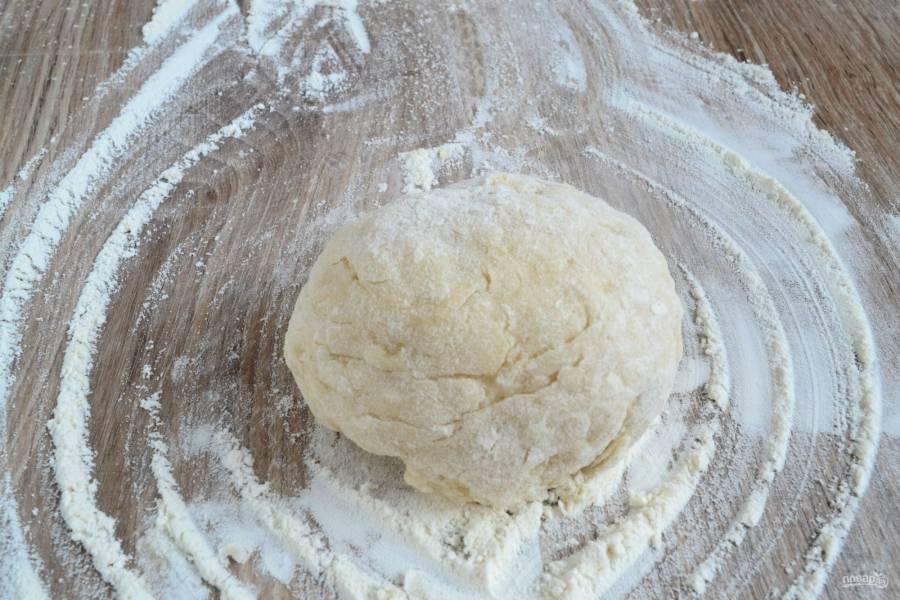 Замесите тесто, не липнущее к рукам.