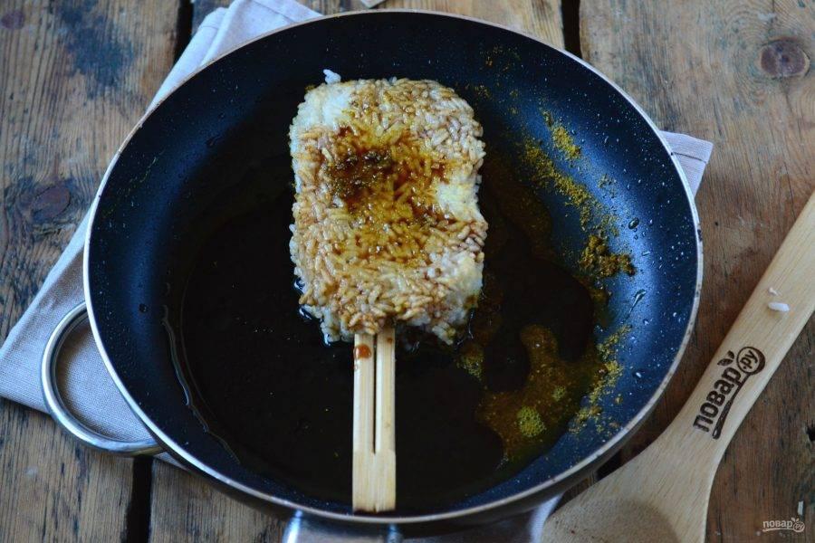 Все хорошо перемешайте в сковороде и жарьте до готовности. Мочи получат красивый карамельный цвет.