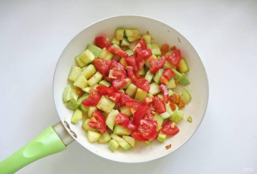 Помидоры помойте и нарежьте кубиками. Посолите по вкусу. Можно поперчить и добавить любые сухие приправы. Прогрейте овощи минуты 3-4.