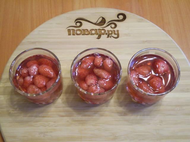7. Раскладываем ягоды по креманкам или стаканчикам, заливаем сиропом клубничным и отправляем в холодильник остывать на 2 часа. Готово!