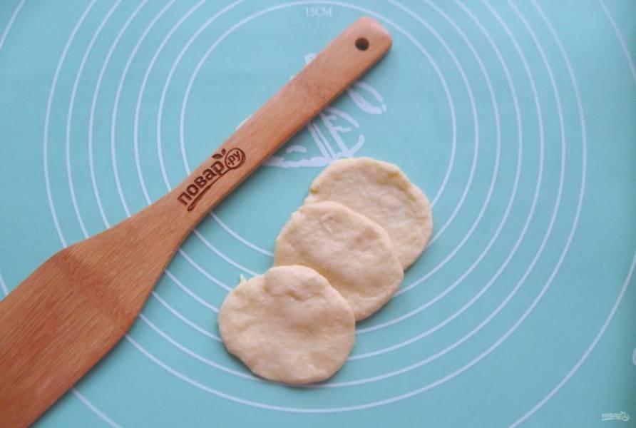 Второй способ формирования булочек. Три кружка теста выложите внахлест.