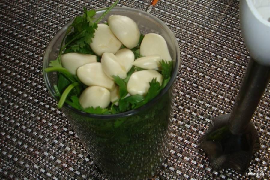 Все ингредиенты измельчите в блендере или в мясорубке до кашеобразного состояния.