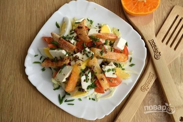 Фету нарежьте маленькими кусочками. Для заправки смешайте масло с семенами горчицы и сок цитрусовых, заправьте салат. Посыпьте сверху измельченным зеленым луком.