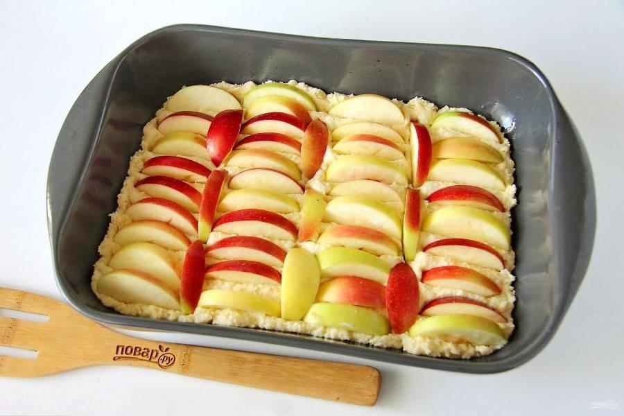 8. Яблоки нарежьте дольками и распределите сверху, слегка вдавливая их в тесто. Запекайте при температуре 180 градусов около 40-50 минут. Готовность проверяйте деревянной шпажкой.