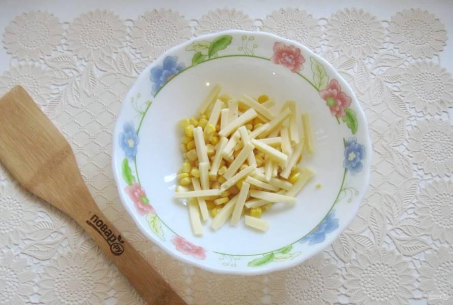 Любой твердый сыр по вкусу нарежьте соломкой и добавьте в салат.