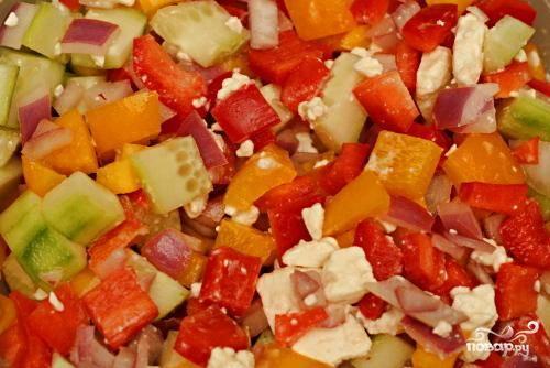 3. Смешать овощи, сыр Фета, маслины и просушенный красный лук в большой миске. Влить четверть стакана уксусной заправки в салат и сбрызнуть оливковым маслом. Добавить приправы по вкусу, если необходимо. Подавать салат сразу же или поставить в холодильник на один день.
