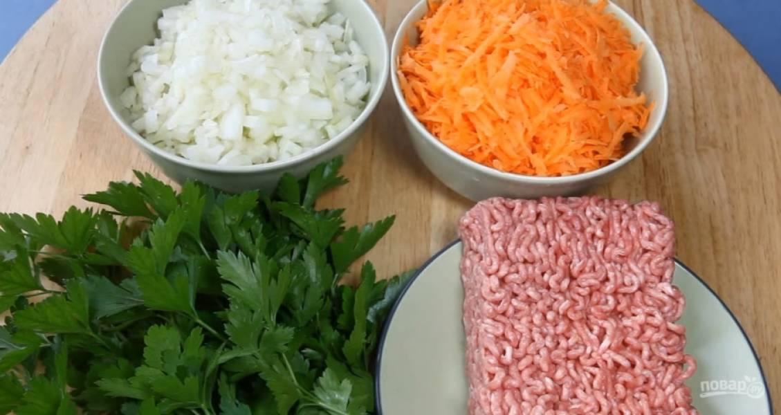 2.Подготовьте ингредиенты для начинки в соотношении 1 к 3. Нарежьте лук, натрите на крупной терке морковь.