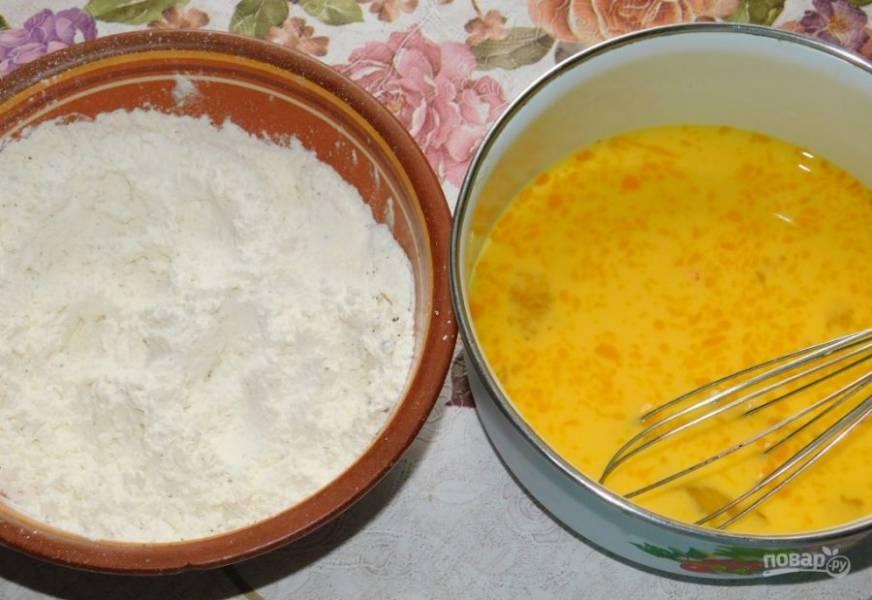 Подготовьте две чаши:одна с мукой и специями, другая - со взбитым яйцом и молоком.