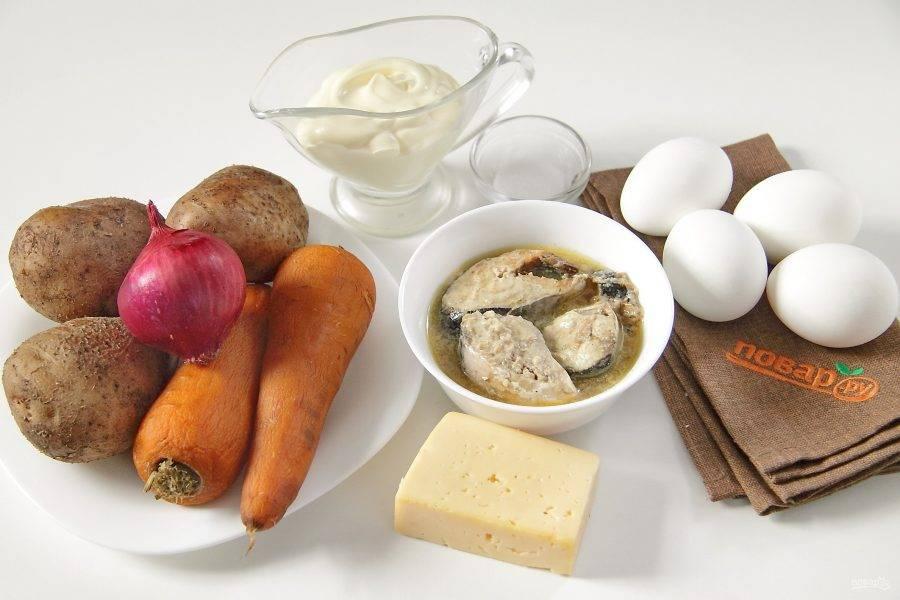 Подготовьте все ингредиенты. Отварите заранее яйца, морковь и картофель в мундире.