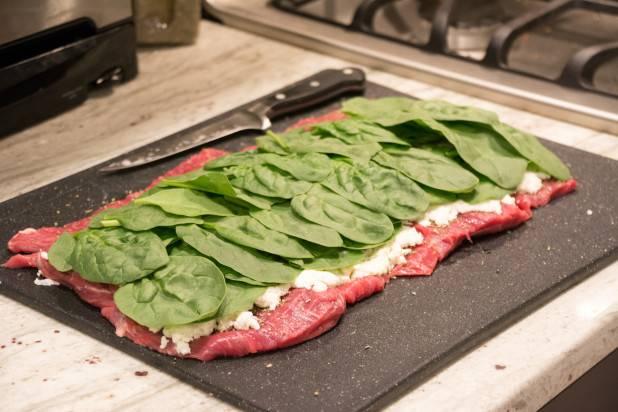 4. На пласт мяса выкладываем сыр. Сверху распределяем вымытый и обсушенный шпинат.
