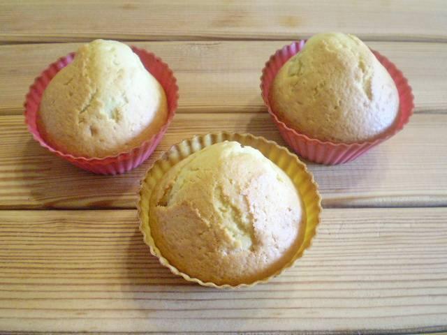 8. Готовые кексы остудите, выберите из формочки.