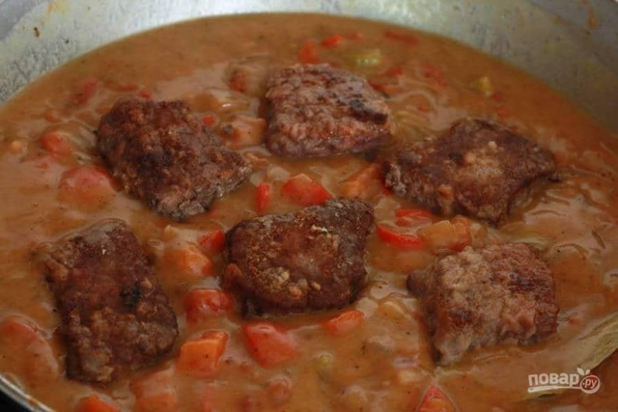 13.Спустя 1 минуту выложите мясо, доведите смесь до кипения, затем уменьшите огонь и тушите под крышкой около 90 минут.