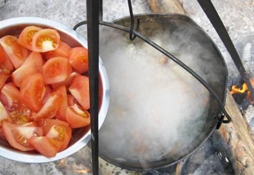 ...и помидоры. Варим 10 минут