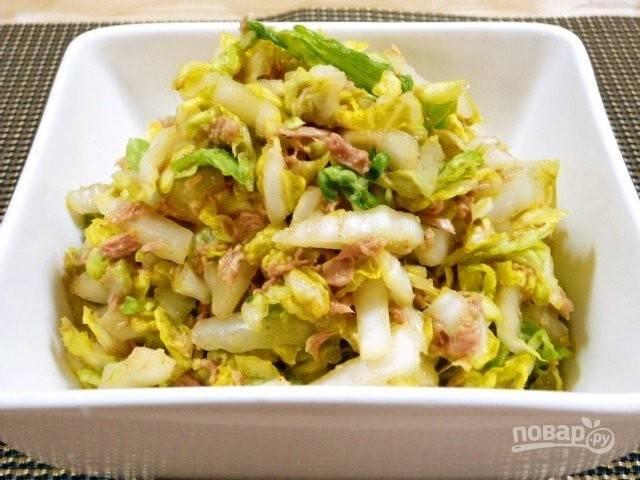 6.Выкладываю блюдо в салатник и подаю к столу, если оно долго будет стоять, то капуста пустит много сока, поэтому рекомендую есть его сразу.