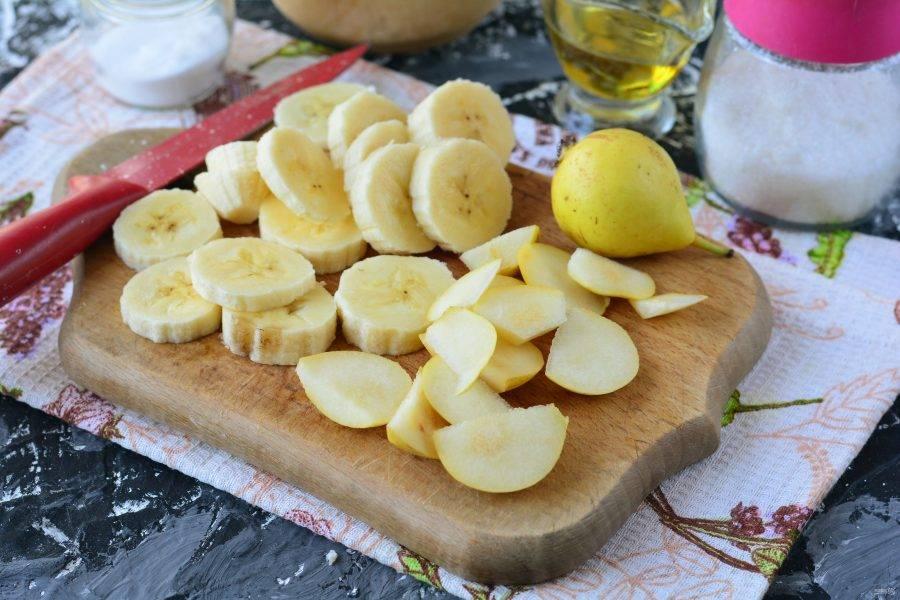 Нарежьте колечками банан, а груши — небольшими дольками.