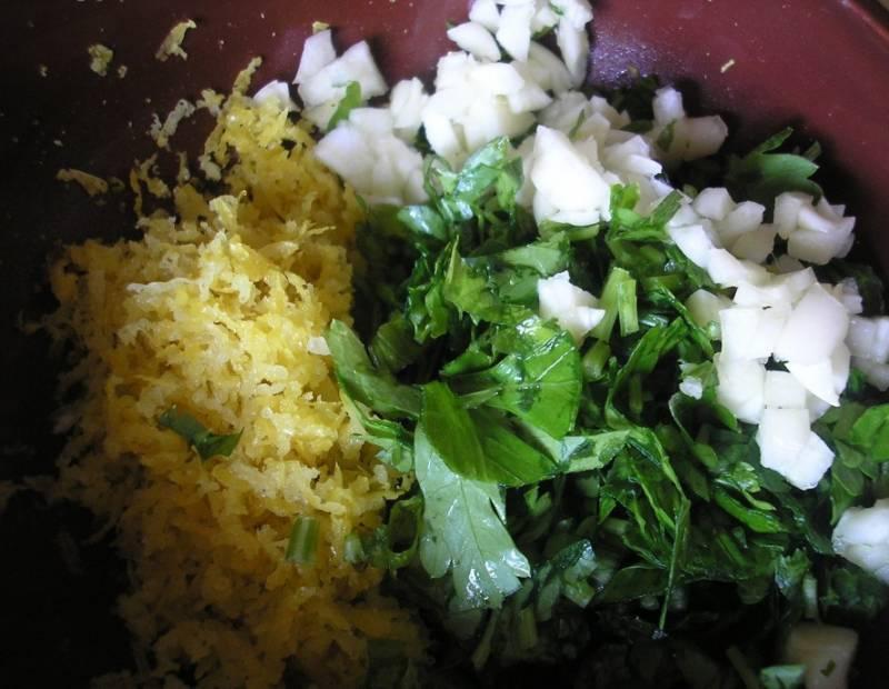 Смешиваем измельченную цедру лимона, чеснок и петрушку.