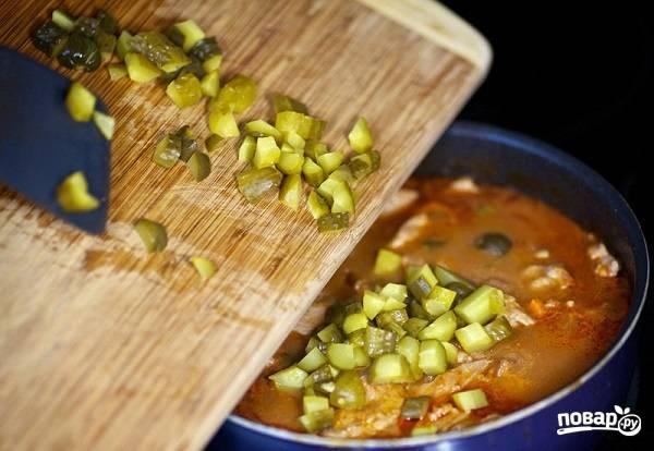 10. Минут за 5 до готовности добавьте на сковороду нарезанные кубиками маринованные огурчики.  Вот такое аппетитное блюдо!