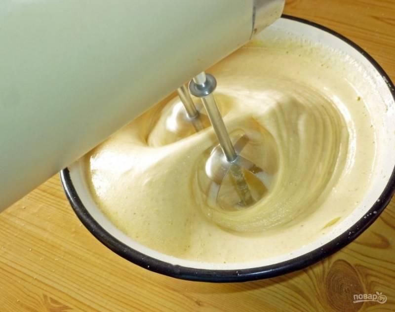 4. Масса должна получиться пышной и белой. Взбивайте до полного растворения крупинок сахара.