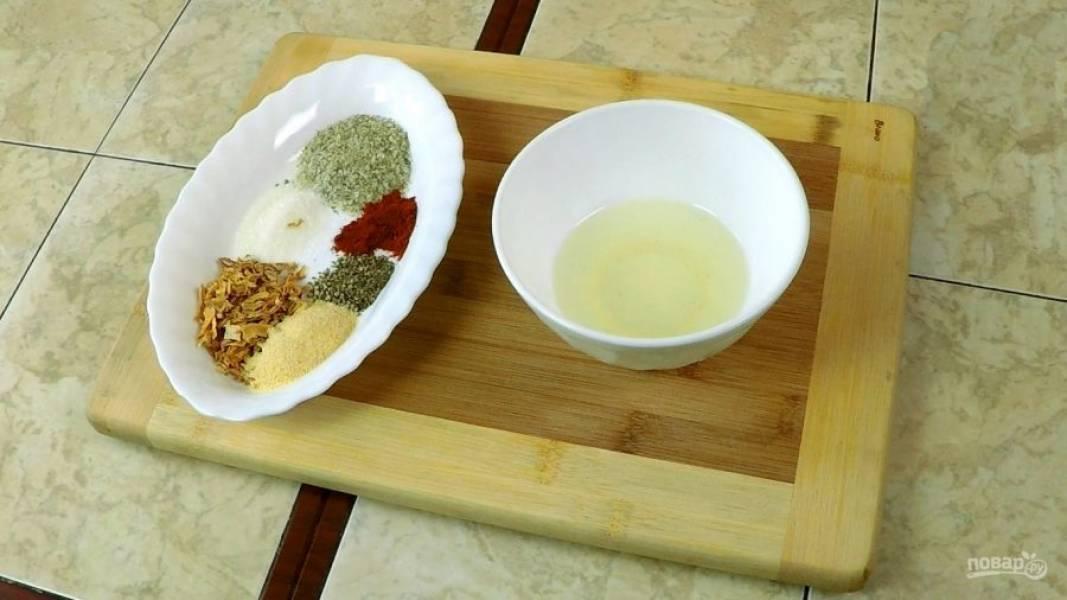 Делаем смесь для обмазывания рёбрышек: растительное масло, соль, сахар, красный жгучий перец молотый, черный перец молотый, сухой чеснок, сухой лук, томатную пасту, соевый соус и мёд в конце.