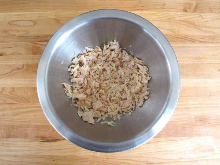 1. Из банки с тунцом вылейте жидкость, а саму рыбу поломайте вилкой.