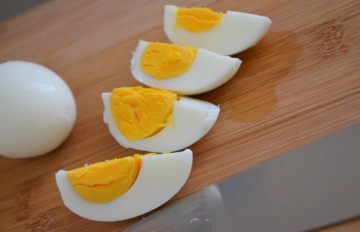 Яйца порезать четвертинками.