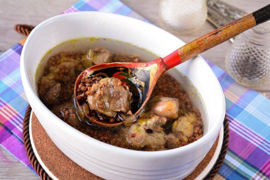 Влейте воду, немного посолите и поставьте кашу запекаться в духовку на 40 минут при температуре 180-190 градусов.