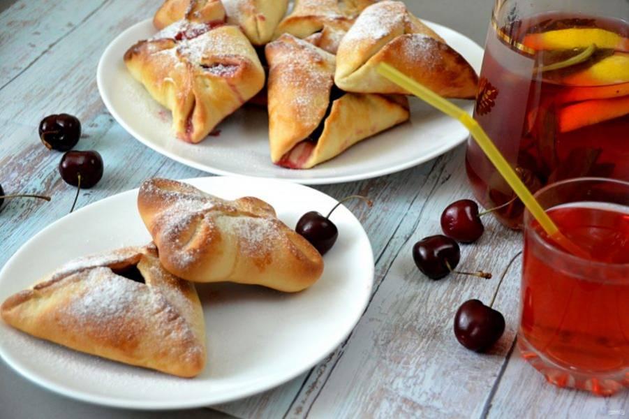 Перед подачей можно слегка присыпать сахарной пудрой, вкусная летняя выпечка готова, угощайтесь!