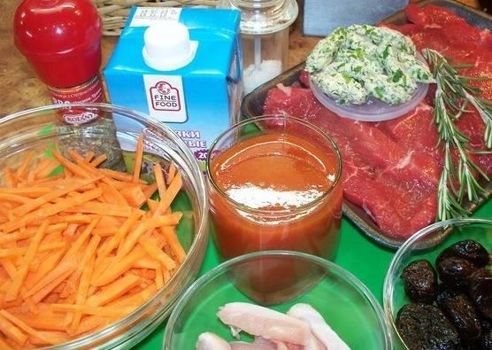 Подготовим все необходимые ингредиенты. Морковь нарежем тонкой соломкой. Чернослив замочим в кипятке на 1 минуту. Курицу нарезаем брусочками.