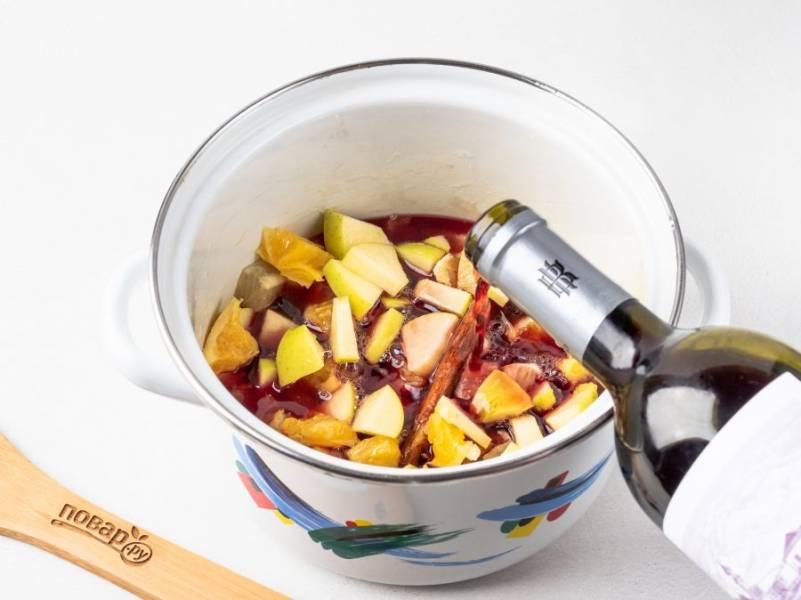 Затем влейте вино и поставьте на огонь. Во время нагревания попробуйте на вкус. При необходимости добавьте ещё меда или сахара. Как только глинтвейн начнет закипать, выключите плиту и накройте крышкой. Дайте настояться буквально 15-20 минут, затем разлейте по бокалам через сито.