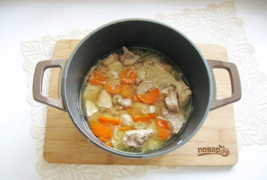 Когда свинина с овощами будет практически готова, посолите и поперчите мясо.