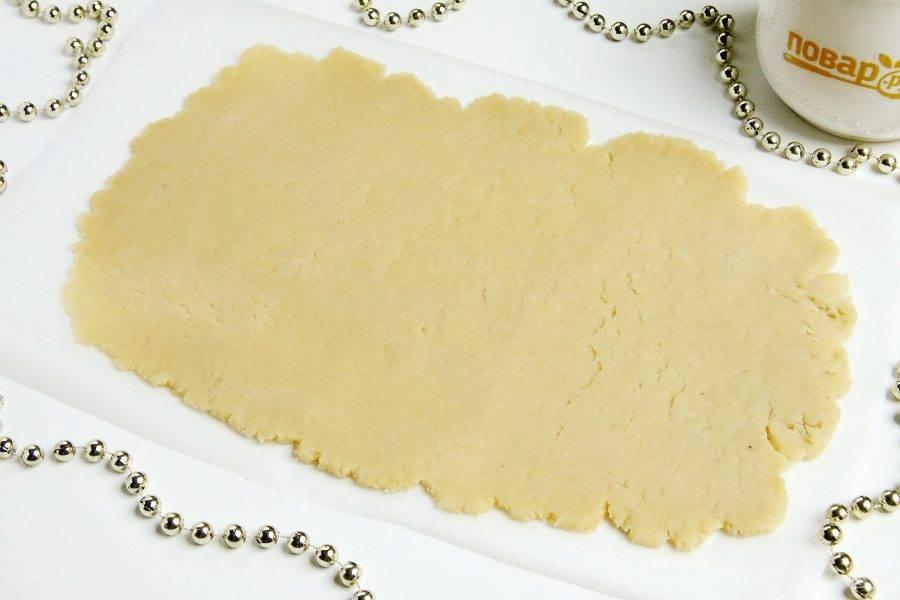 Затем каждую часть теста раскатайте тонко в форме прямоугольника и переложите на пергамент. Сделайте проколы вилкой и выпекайте при 200 градусах около 3-5 минут. Готовые коржи остудите.
