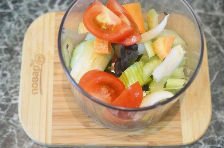 2. Нарежьте и сложите в чашу блендера.
