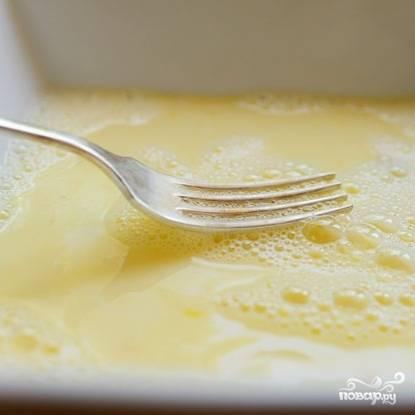 В отдельной мисочке до однородности взбиваем яйца с молоком.